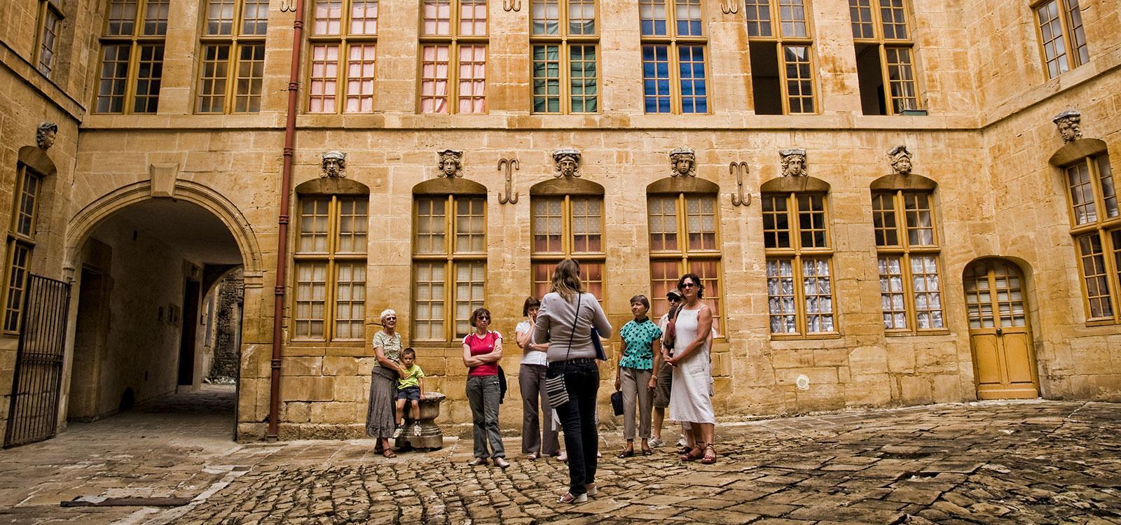 cour-des-tetes-droite_ville_de_sedan