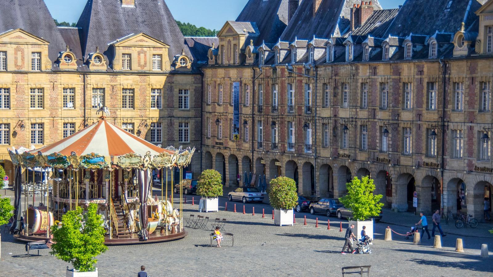 La Place Ducale de Charleville-Mézières, petite soeur de la place des Vosges à Paris