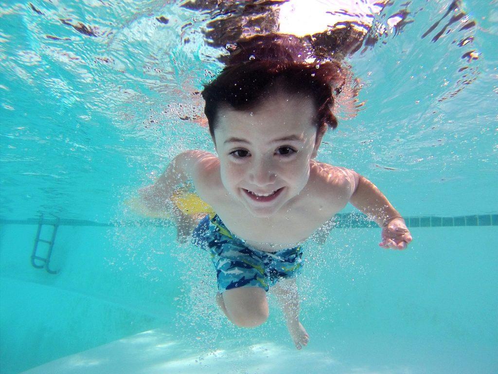 enfant-piscine-charelville-centre-aquatique