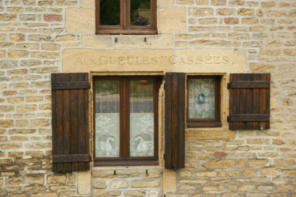 Hameau de Chaumont, inscription Aux Gueules Cassées