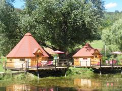 Les Kotas nordiques ardennais vus du lac