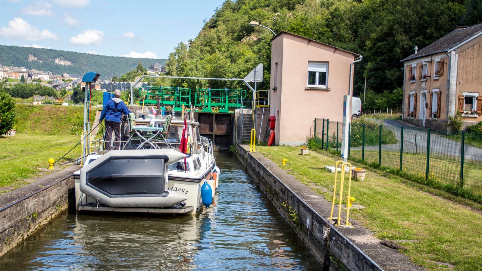 Ecluse et bateau sur la Meuse