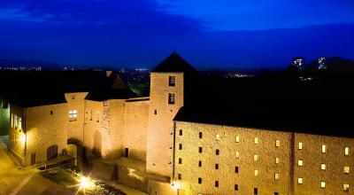 Hôtel Restaurant Le Château Fort, cour de nuit